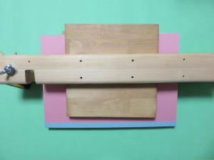 のりが乾くまで足板で挟んで締め板で固定しておきます